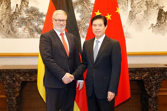 钟山部长会见德国总理经济顾问罗勒