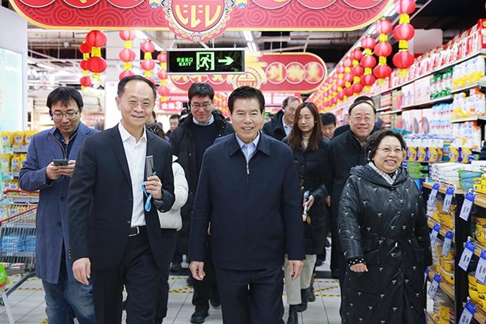 商務部部長鍾山考察北京市春節市場供應情況